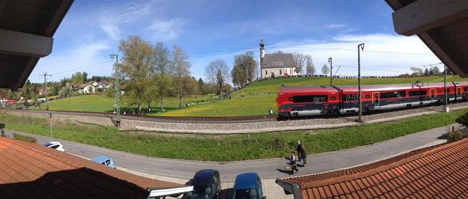 Ein Zug vor dem Ettendorfer Kircherl