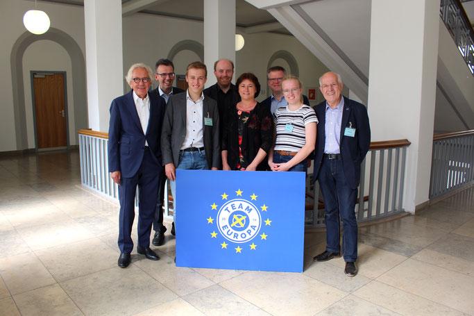 Unsere fünfköpfige SfE-Delegation (verstärkt durch unsere Landtagsabgeordnete Bianca Winkelmann) zu Besuch beim NRW-Europaminister Dr. Stephan Holthoff-Pförtner (© mit freundlicher Genehmigung Florian Hemann)