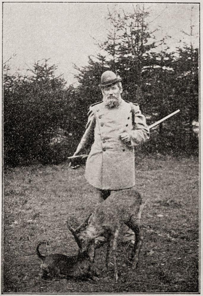 """Quelle: Hugo Otto """"Im Wald und auf der Heide"""" 1904, Titelbild; Hugo Otto, mit seinem Dackel und dem Rehbock Hans.  Der Rehbock wurde als Jungtier mit schwersten Verbrennungen im Walde aufgefunden und liebevoll im Forsthaus gesund gepflegt."""