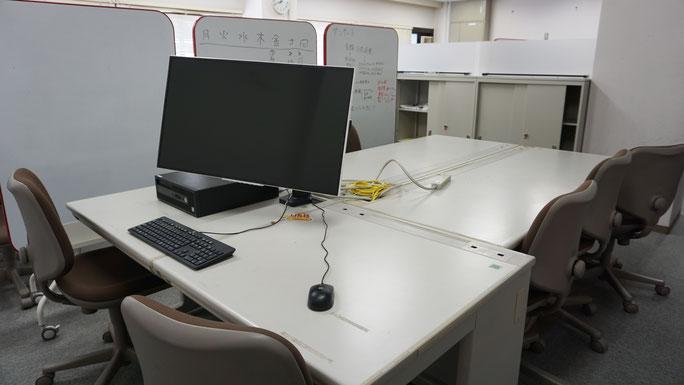 グループPCを利用した6名程度のグループワークが可能の部屋。正課授業での利用が優先で、予約登録済の学生のみが入室可能。