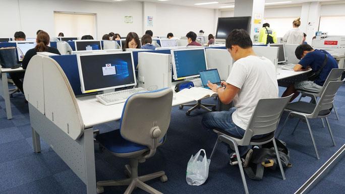 産業社会学部生のみが入室可能の自習スペースである。コンピューター席56席、自習席24席、印刷機などを兼ねそろえている。私語厳禁であり、開講期間中の平日7時30分~22時まで利用可能。