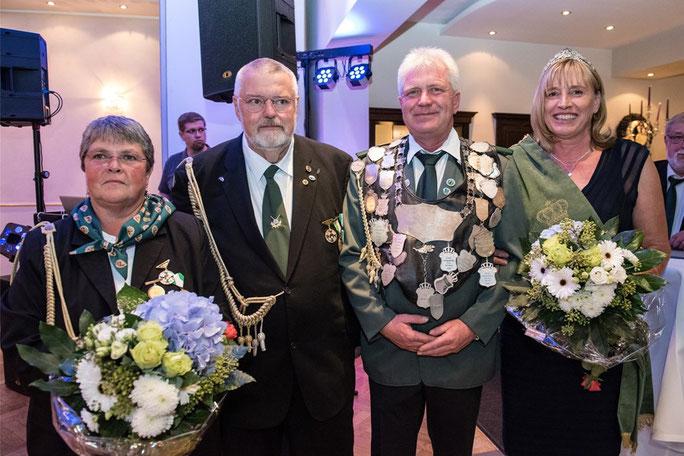 Von Monika Bucken (l.) ging die Stadtkönigswürde am Wochenende auf Dieter Becke (3.v.l.) von der Schützenbruderschaft St. Mauritius über. ( Foto: Holger Luck )