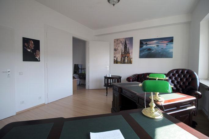 Chesterfield Möbel und englische Schreibtische in einem Büro; Detektivbüro Berlin, Detektei Berlin, Detektiv Berlin