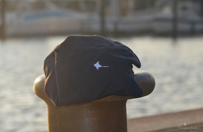 honourebel Slow Fashion. Brand Ray T-shirt in anthrazit mit gesticktem Rochen in weiss aus 100 Prozent Biobaumwolle bei Sonnenuntergang am Segelhafen in Kiel.