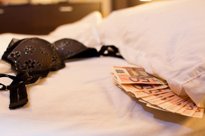 Geldscheine unter Kopfkissen, daneben ein BH. Detektiv Bielefeld, Detektei Bielefeld, Privatdetektiv Bielefeld