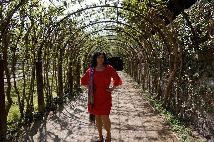 Plus Size Model präsentiert sich in pinkem Kleid
