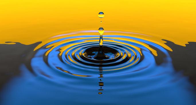 So wie ein einziger Tropfen Bewegung ins Wasser bringt, wird in der Systemischen Therapie der Wechselwirkungen im jeweiligem System  Bedeutung gegeben.