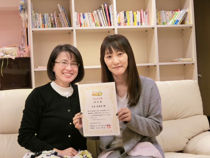 写真は愛を循環させる人、理事長の毛利理恵さん(左)と、ぎふママカレッジ代表大西ますみさん(右)