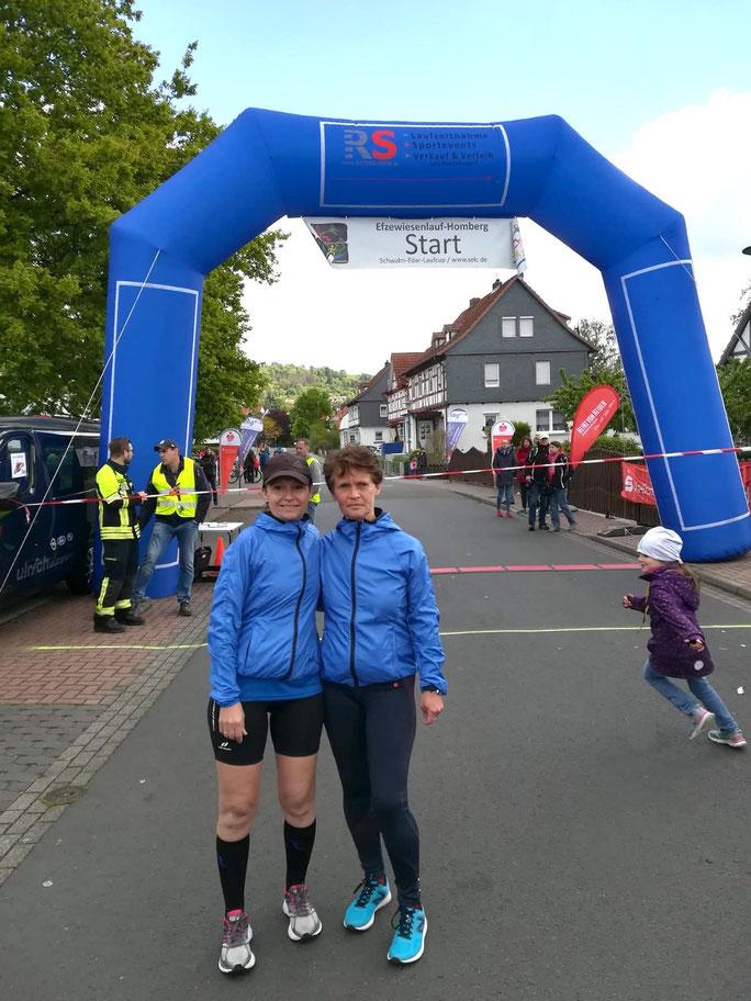 Andrea Lehn (li.) und Angelika Wilk vor dem Start in Homberg (Efze)