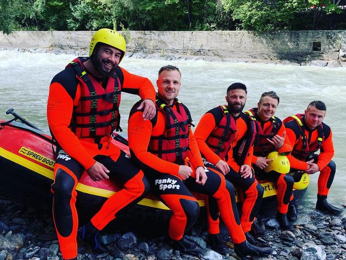 AUSRÜSTEN mit Neoprenanzug, Rafting-Schuhen, Schwimmweste und Helm