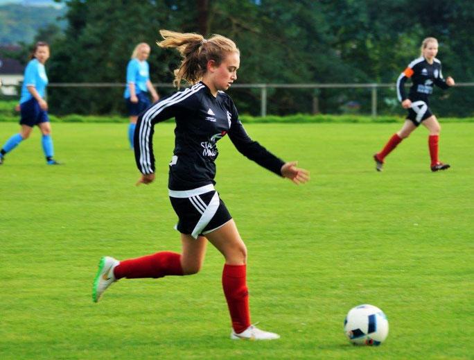 Lea Kuhl (am Ball) unterlag mit dem Team der FSG Ebsdorfergrund knapp mit 0:1 beim SV Langenstein