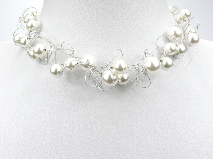 Statementkette mit weißen Perlen