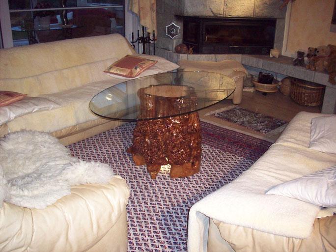 Couchtisch aus massiven Maser Holz mit ovaler Glasplatte und LED Beleuchtung