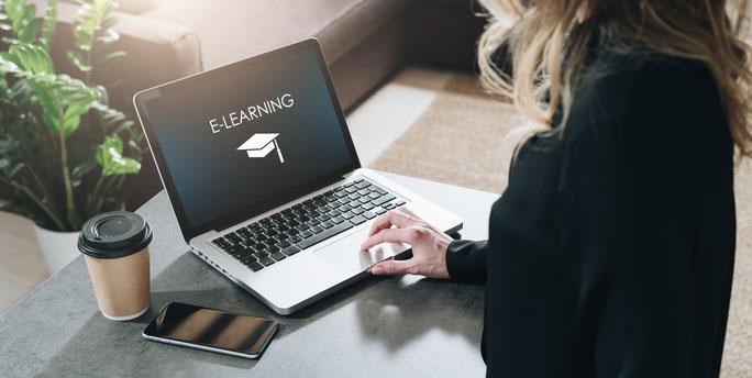 オンライン研修ではEラーニングなども活用します。