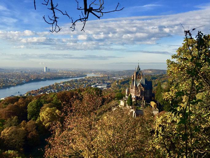 Schloss Drachenburg im Siebengebirge mit Blick auf Bonn und das Rheintal