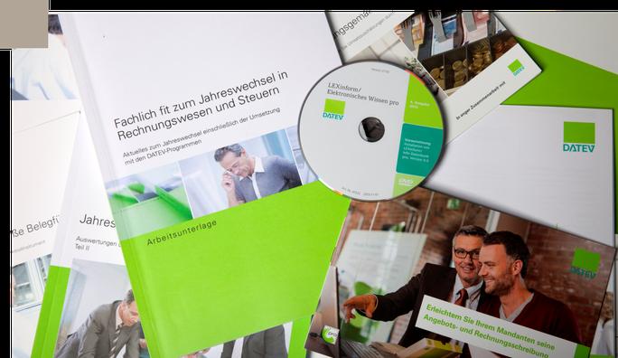 """Blick auf verschiedene DATEV Unterlagen für """"Unternehmen Online"""" in der Kanzlei Sibylle Unruh"""