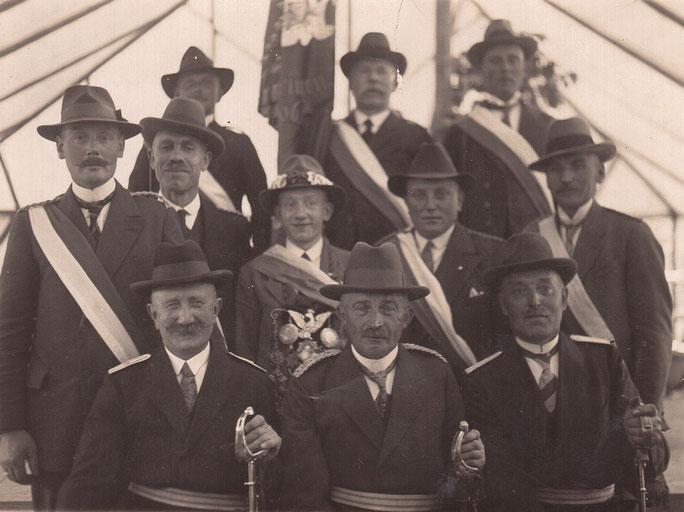 Schützenvorstand mit König im Jahre 1926