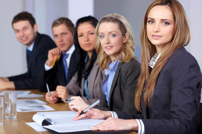 Conferencias, cursos y talleres sobre temas técnicos, administrativos, gerenciales, de desarrollo humano y organizacional, así como específicos y de entrenamiento para la obtención más eficiente de objetivos y resultados.