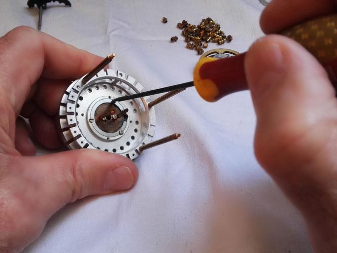 Début de démontage du ressort de positionnement de tambour principal