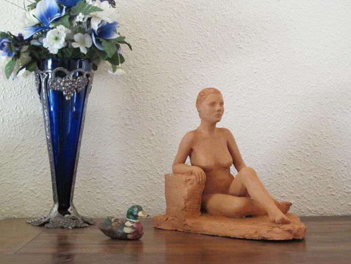 sculpture d'une jeune femme nue assise, accoudée, terre cuite,nu féminin assis