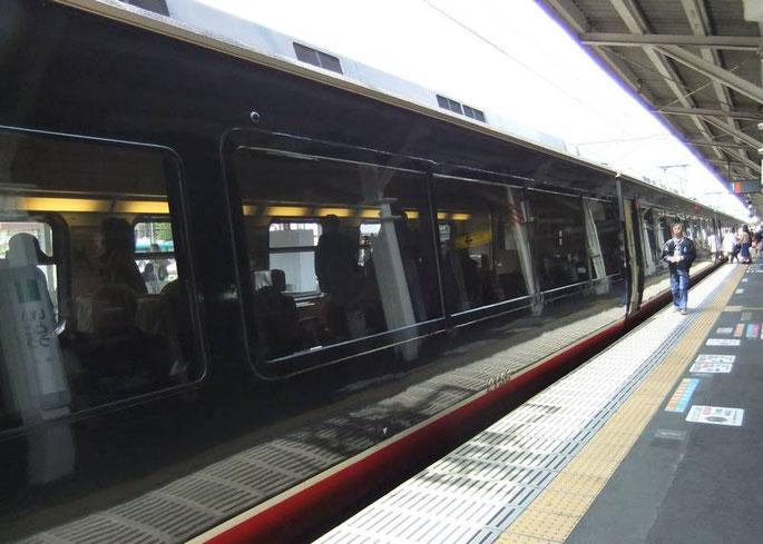Le Black Ship Train dans son élégante robe noire et rouge