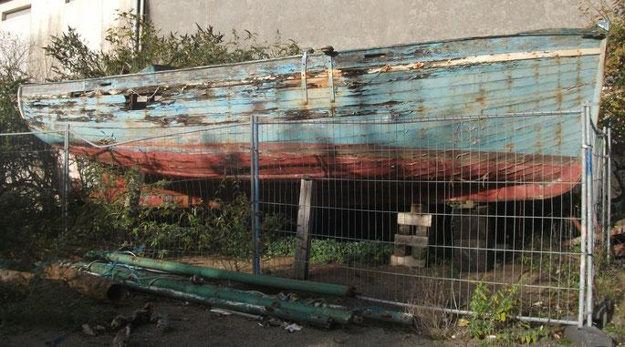 Le Pirate ancien bateau de Louis le Saout de l'île de Batz à l'état d'épave dans les réserves du Port Musée de Douarnenez en novembre 2013 (photo Jean Louis Gérard Richard)