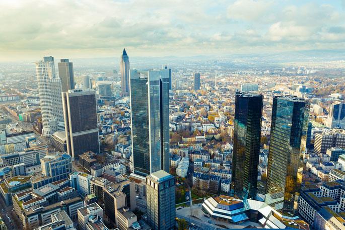 Luftbild der Frankfurter Innenstadt mit ihren Wolkenkratzern; Kurtz Detektei Frankfurt, Wirtschaftsdetektei Frankfurt