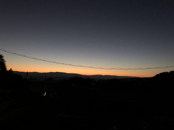 その日は1日快晴で、日没時には北アルプスの山並みのシルエットがくっきり。2階から撮ったので電線が入ってますが。