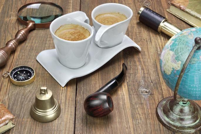 Tisch mit Lupe, Globus, Pfeife, Kompass etc.; Detektei Bochum, Privatdetektiv Bochum, Witten