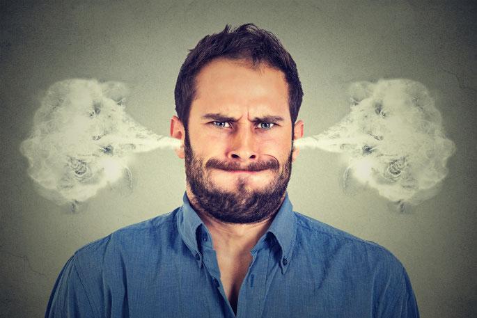 Wütender Mann mit Dampf in den Ohren; Spionage, Personenüberwachung München, Detektei