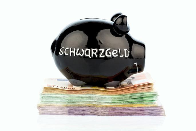 Schwarzgeld-Sparschwein auf Geldscheinen; Wirtschaftsdetektei München, Detektiv München