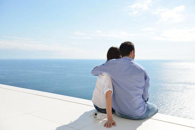 Mann und Frau am Meer; Flucht ins Ausland, Personensuche, Detektei München, Detektiv