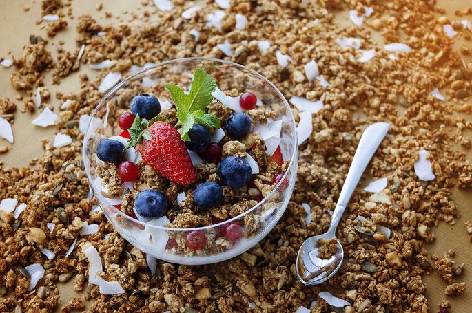 Müsli, Chrunchy in der Variante mit frischen Erdbeeren, Heidelbeeren, Kokosnuss und Pfefferminz