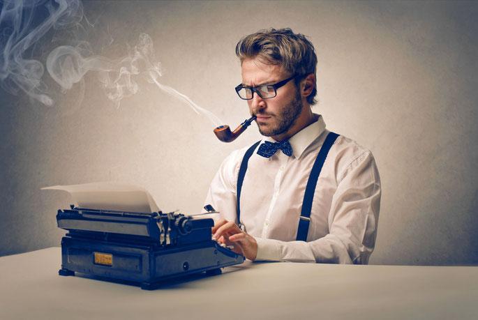 Detektiv raucht Pfeife und tippt einen Ermittlungsbericht auf der Schreibmaschine; Privatdetektiv Duisburg