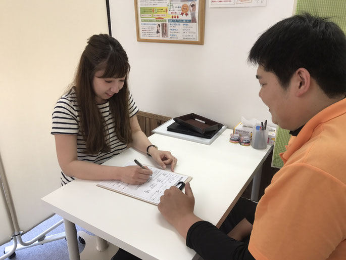 松山市あさひ整体では、まずは問診票に記入します。