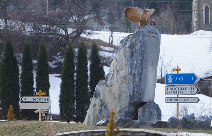 Sur l'ancienne National 6, devenue RD 1006, un rocher s'est élevé. Au sommet de ce rocher... Une aire d'aigle ...