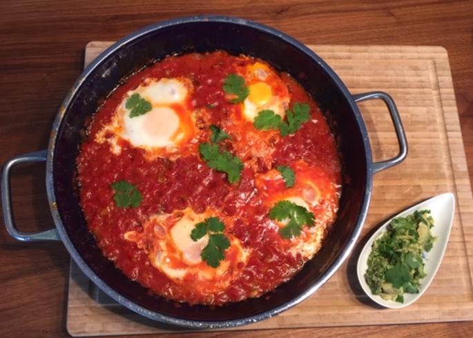 Christina Witte -  Shakuka - Pochierte Eier in Tomatensauce und frischen Kräutern