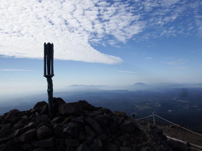 秋の空に「逆鉾」。絶景をめあての登山者も多い。右に桜島、左が高隈山系。
