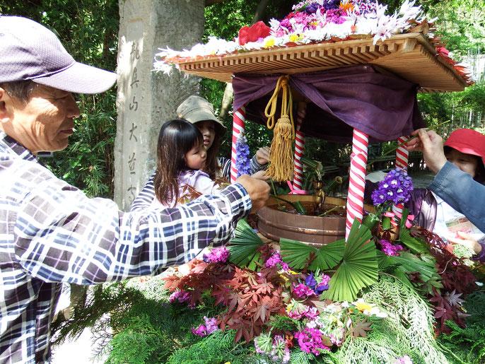 少子高齢化が進みあちこちのお寺で甘茶をかける長い行列ができる