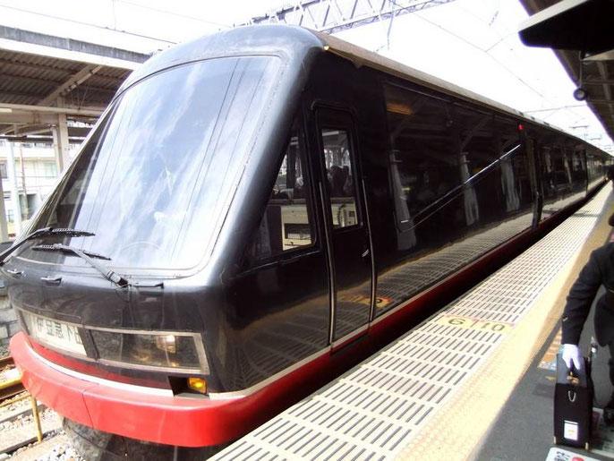 """le """"Black Ship Train"""" dans son élégante coque noire et rouge"""