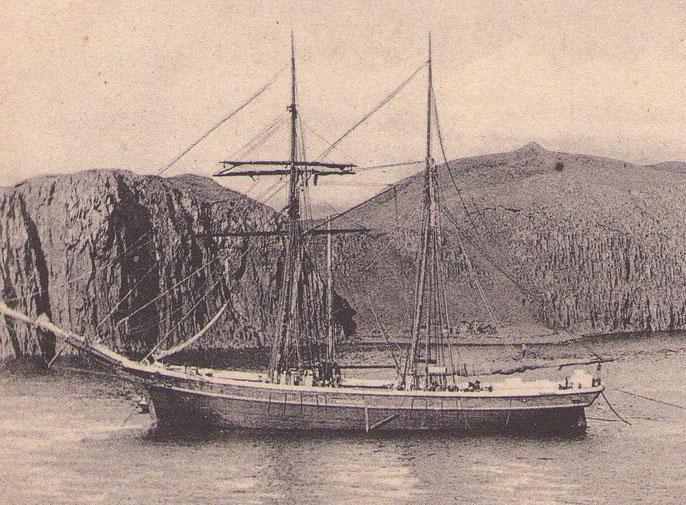 Goélette de type ancien avec son hunier et son perroquet classiques au mouillage dans un fjord d'Islande, l'Active de 79 tonneaux était nettement plus petite (Photo coll privée)