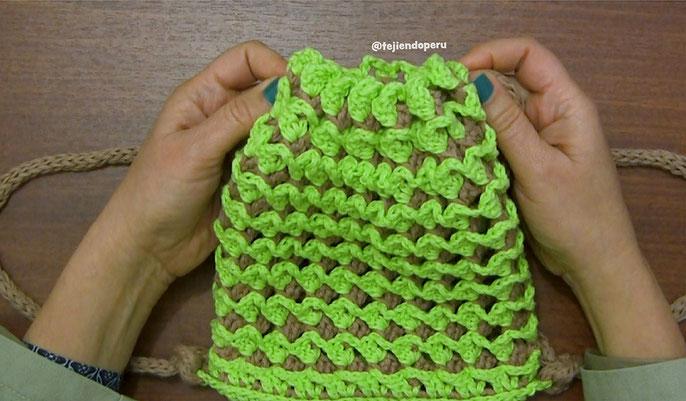 Mochila bicolor tejida en crochet en punto turco