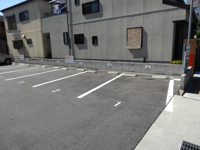 この駐車場の、1番から3番に前向きで駐車ください。無料です!