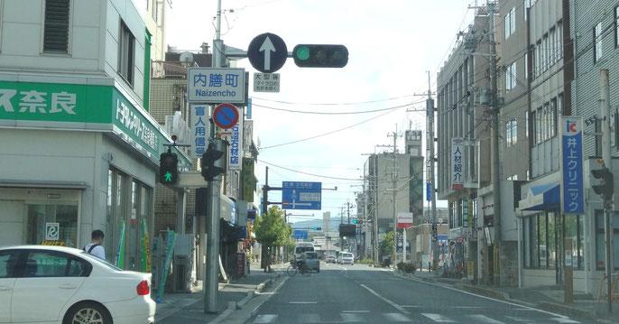 国道24号線を北から走ってくると、トヨタレンタリースさんがある交差点(内膳町)があります。その交差点を過ぎて50メートルほど行くと小さな脇道がありますので、左折して下さい。
