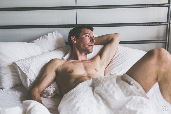 Photo boudoir sexy homme blanc dans lit torse nu Montréal photographe Marie Deschene