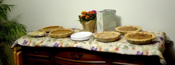 Nachtisch des Thanksgiving Essens: Pumpkin Pie. Hier im Bild mit zwei weiteren Pie Sorten: Beeren Pie mit Lavendel und Apple Pie mit Cranberrys