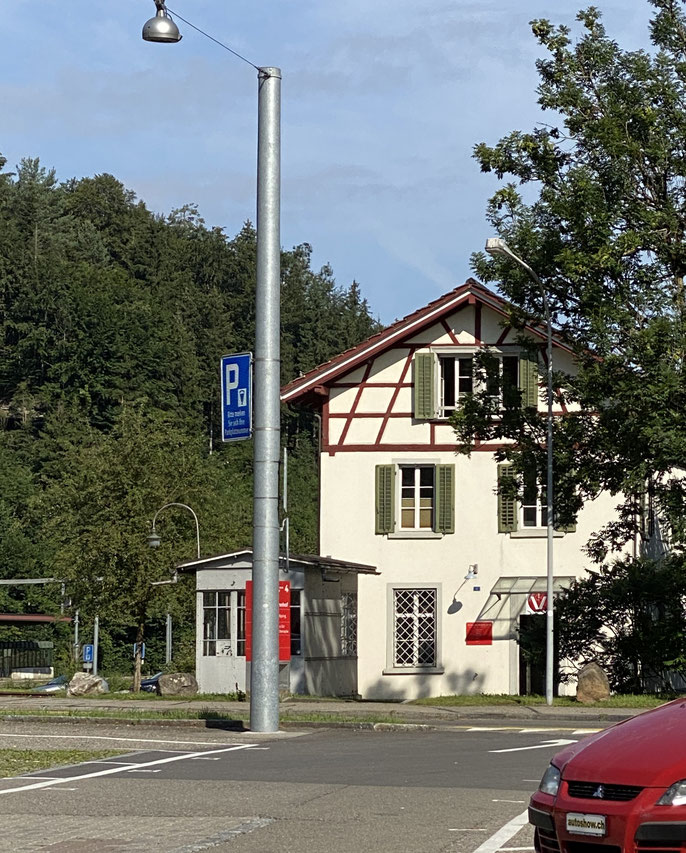 Jackys Bahnstation in Aathal: In diesem kleinen Häuschen befindet sich die Tierarztpraxis von Dr. Spirig. Hier habe ich sie in den Zug zur Regenbogenbrücke gesetzt.
