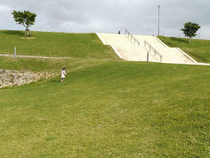 学校に隣接する広い公園の芝生を走る娘。こんな環境はなかなか得がたいものだ