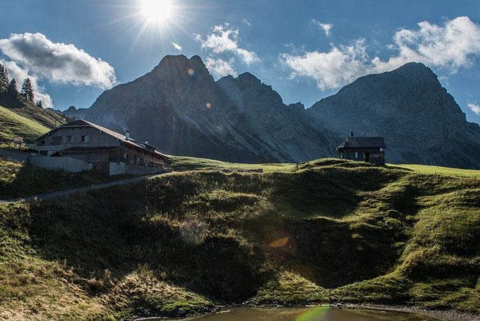 Chapfhütte auf der Alp Jänzimatt mit Schafnase (links) und Rossflue (rechts)