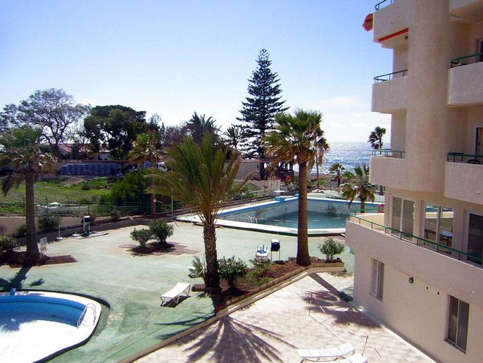Blick vom Balkon auf den Pool und das Meer der Ferienwohnung Carola in Los Christianos auf teneriffa in zentraler Lage